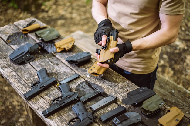 森の中でガイはスポーツを撮影するための武器をテストします Premium写真