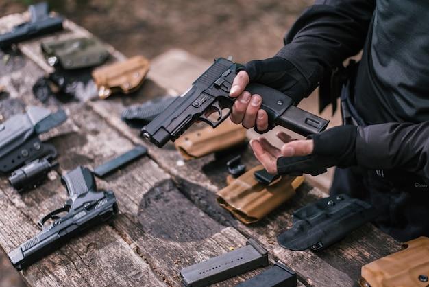 Инструктор по спортивной стрельбе проверяет ваше оружие крупным планом Premium Фотографии