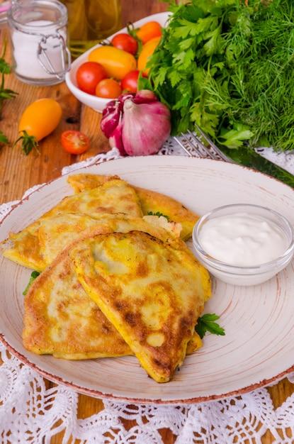 Традиционные русские и украинские блины (блины) с мясом. Premium Фотографии