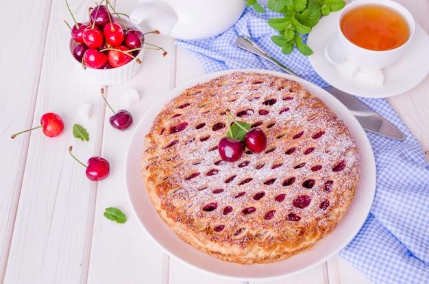 チェリーフィリングと閉じたパイ生地ケーキ Premium写真