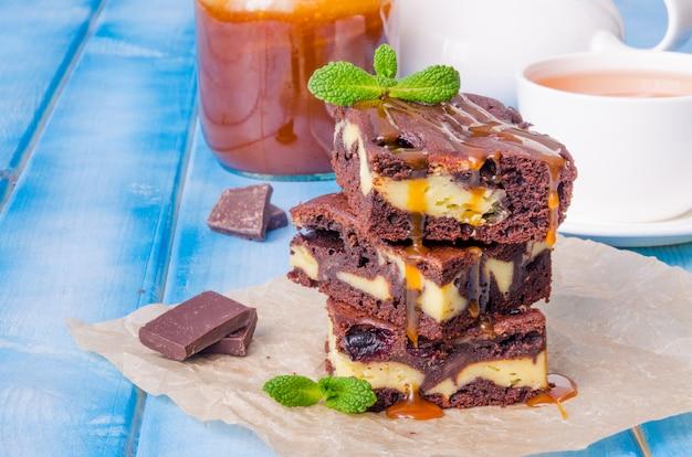 スグリとキャラメルソースのチーズケーキブラウニー Premium写真
