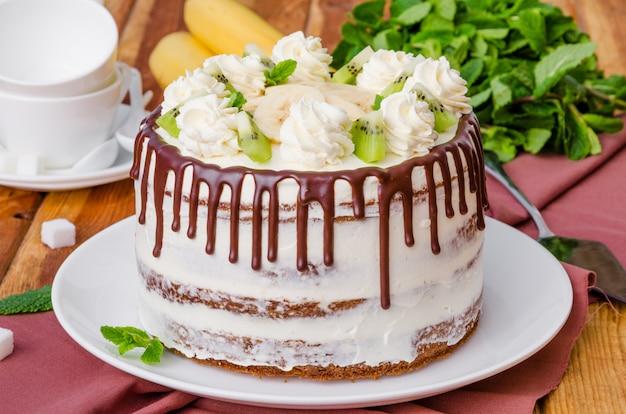 Домашний фруктовый пирог с колибри с грецкими орехами и корицей Premium Фотографии