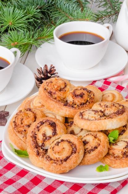 クリスマスや新年のクルミとチョコレートの自家製クッキー Premium写真