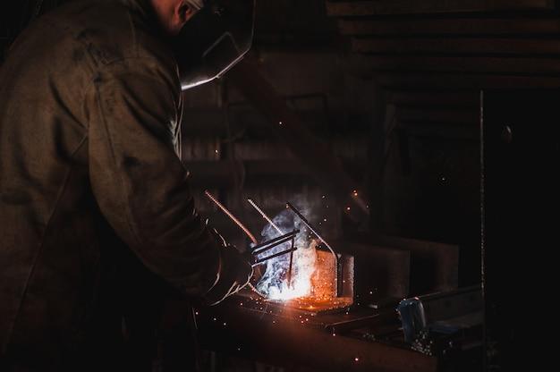 Работа сварщика. крупный завод бетонных изделий и сварка на нем. Premium Фотографии