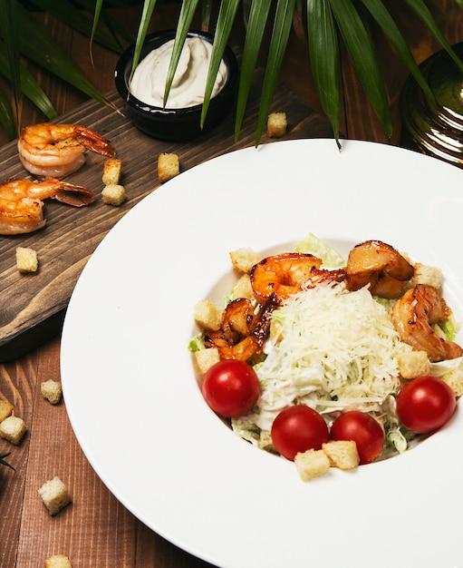トマトとパパイヤのクレベットサラダ - 新鮮なエビと海の幸、スパイシーなソース添え - 無料写真