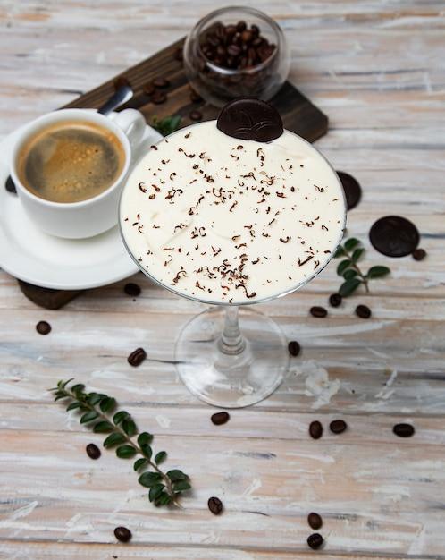 一杯のコーヒー、ミルクセーキを添えたエスプレッソ、バニラクリームのカクテル、チョコレートチップスで飾られた。 無料写真