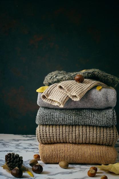 Стек из уютных вязаных свитеров. осень-зимняя концепция, вязаные шерстяные свитера. куча трикотажной зимней одежды, свитеров, трикотажа Бесплатные Фотографии