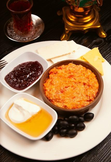 Турецкий завтрак, меню со сливками, медом, маслинами, джемом, сырными вариациями и стаканом чая. Бесплатные Фотографии