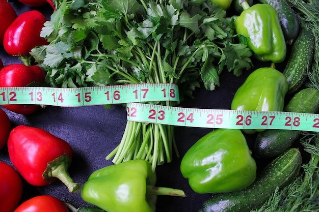 Свежая органическая петрушка, помидоры, красный перец, зеленый перец, фенхель, укроп и огурец с зеленым сантиметром сверху, концепция диеты Бесплатные Фотографии