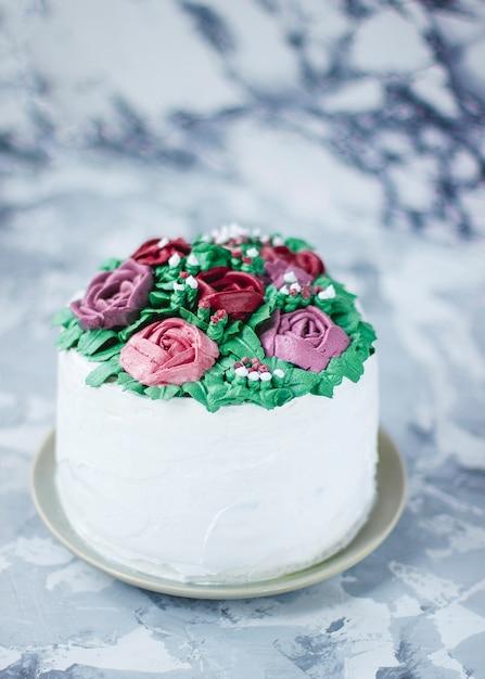 Кусочек торта молочной девочки украшен зелеными листьями и цветами лилии, торт украшен цветочным букетом, декор весенний торт Бесплатные Фотографии