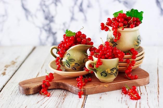 ヴィンテージセラミックティーまたはコーヒーセット、ティータイム、朝食、夏のお菓子とセラミックプレートに赤スグリとカッテージチーズクッキーロール 無料写真