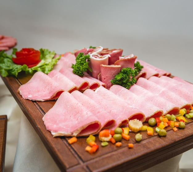 サラミソーセージの盛り合わせと幅広い種類の豚肉料理と野菜。 無料写真