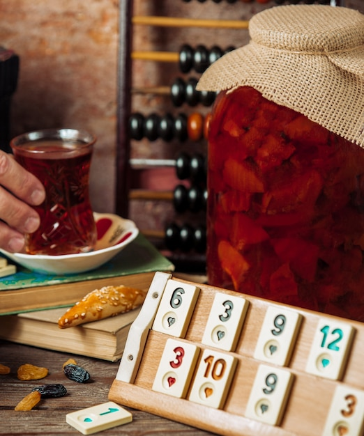 ゲームを囲むティーセット、大きなコンフィチュールの入ったドミノテーブル。 無料写真
