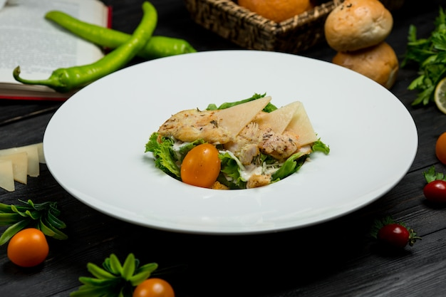 パスタ、細かく刻んだパルメザンチーズとベリーのグリーンサラダ。 無料写真