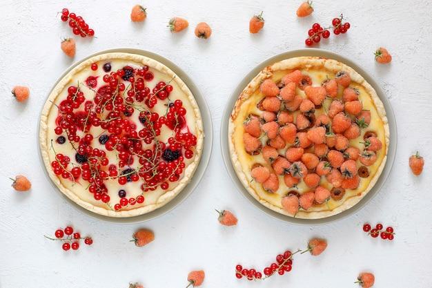 自家製夏ベリータールパイ、さまざまな果実、ゴールデンラズベリー、ブラックベリー、レッドカラント、ラズベリーとブラックカラント、トップビュー 無料写真