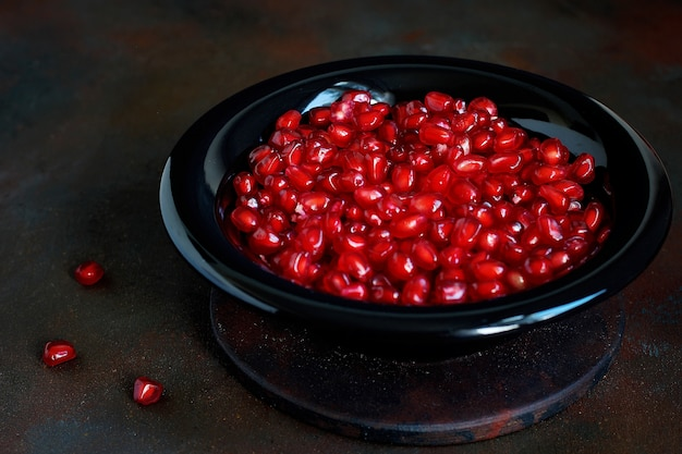 ボウルにザクロの種子 無料写真