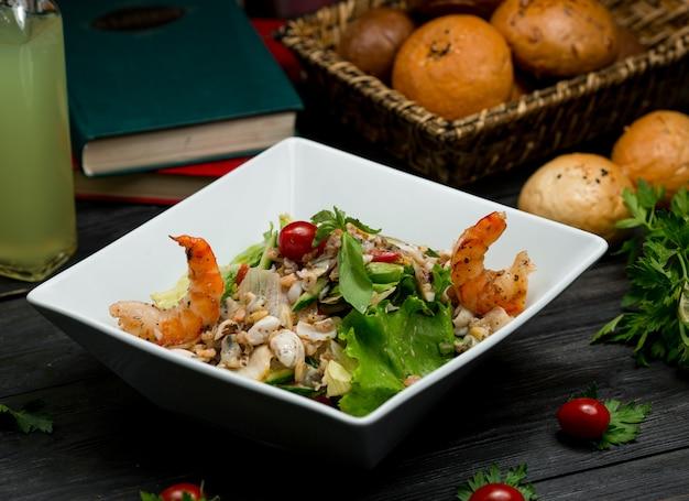 シーフード、カニ、マッシュルーム、緑の野菜のミックスサラダ 無料写真