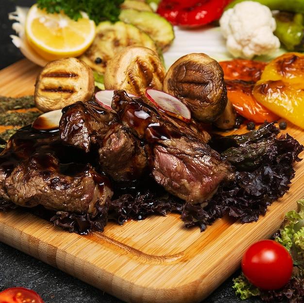 バーベキュー、焼き肉、木の板にポテトと野菜のフライドポテト、 無料写真