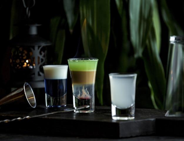 バースタンドのさまざまな飲み物の小さな小さなグラス 無料写真
