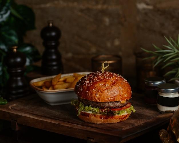 Большой бургер с стейком и картофелем фри с травами Бесплатные Фотографии