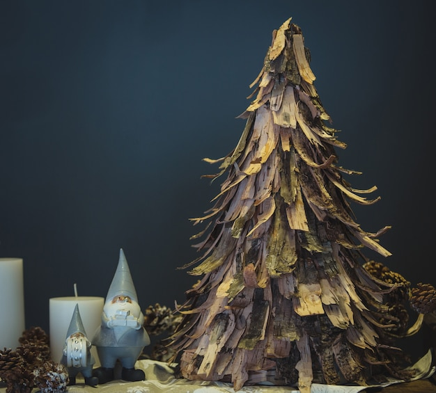 スモーク紙から作られた素朴なスタイルのクリスマスオークの木 無料写真