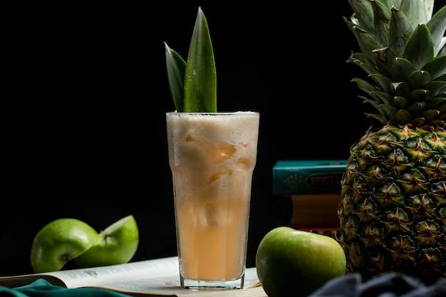 パイナップルアップル混合夏の飲み物の大部分 無料写真