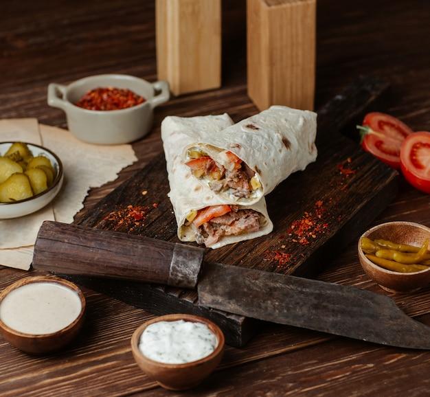 肉とマリネした食品のシャールマ 無料写真