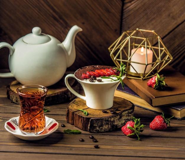 クリームチョコレートムースカップとお茶 無料写真