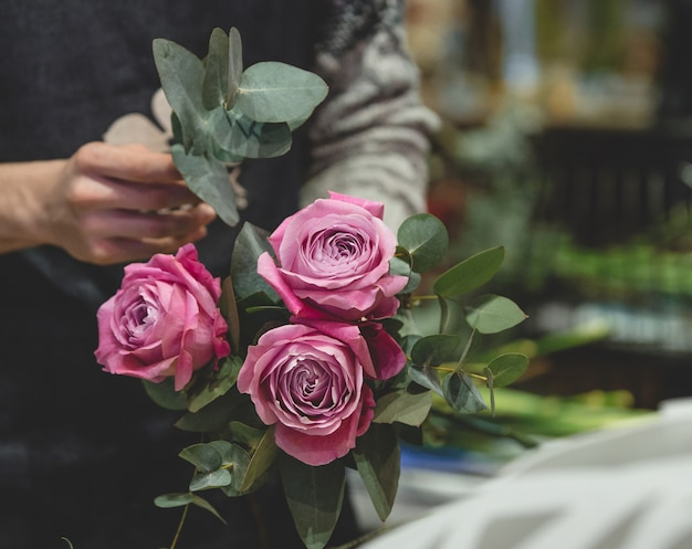 Флорист делает букет из розовых роз Бесплатные Фотографии