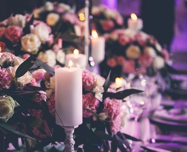 燃えるようなキャンドルと花のセンターピース 無料写真