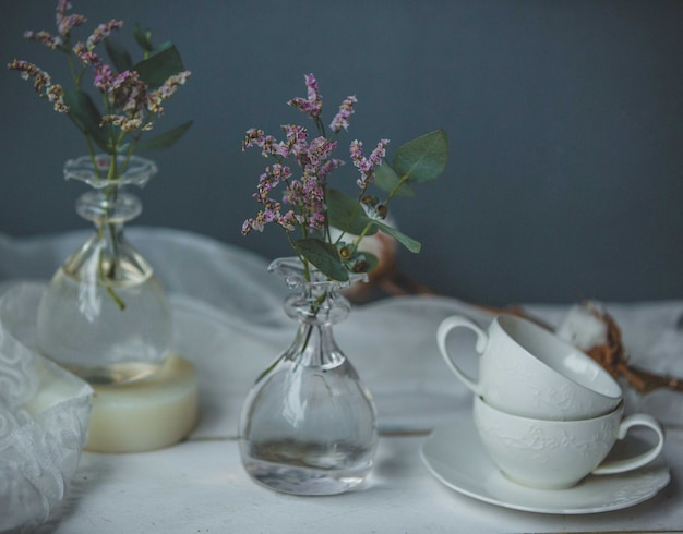 Лавандеры в вазе в виде колб с водой Бесплатные Фотографии
