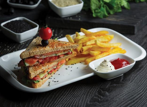 ポテトとソースの自家製トーストサンドイッチ。 無料写真