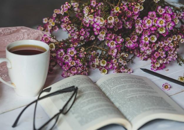 ハッピーコーナー、自然の花、お茶、本、グラス 無料写真