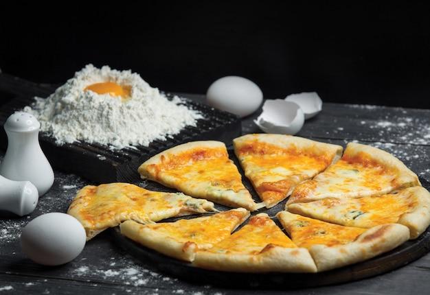 マルガリータピザのスライスと生地作り 無料写真