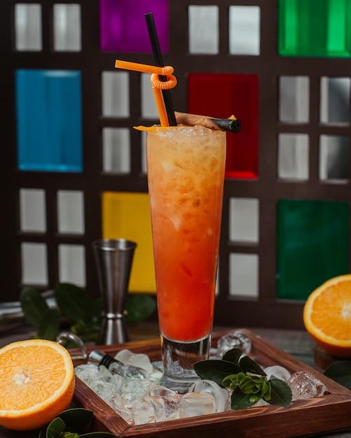 オレンジカクテルグラスパイプとみじん切りのアイスキューブ 無料写真