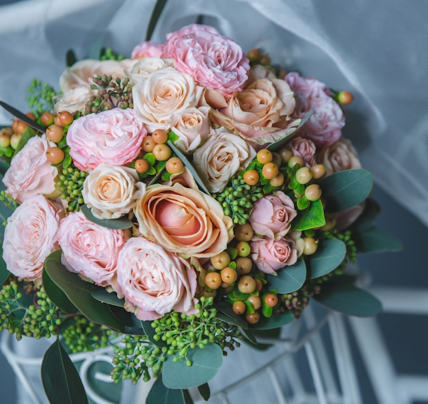 ピンクのバラと花の花束 無料写真