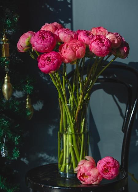 ガラスの花瓶の中のピンクの牡丹 無料写真