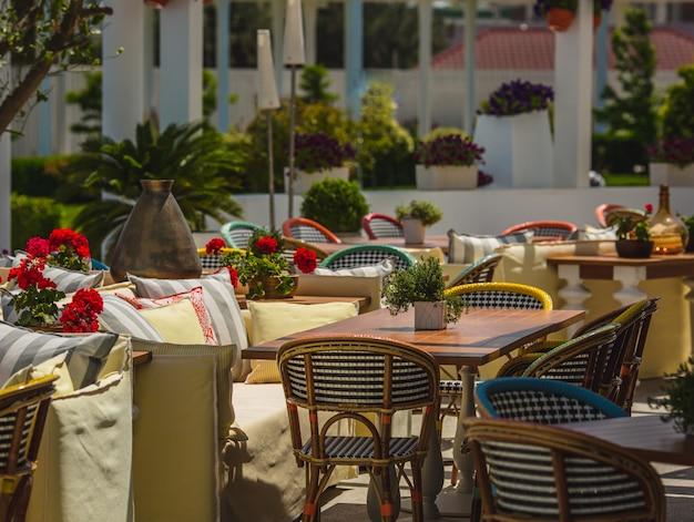 ソファ、椅子、テーブルのあるダイニングテラスオープンレストラン。 無料写真