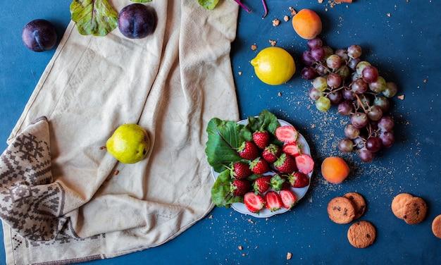 青いテーブルのミックスフルーツ。 無料写真