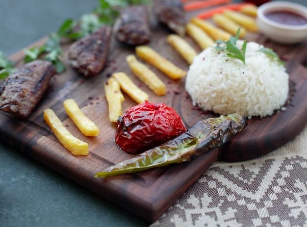フランスの火、グリル料理、ご飯とケバブボード。 無料写真