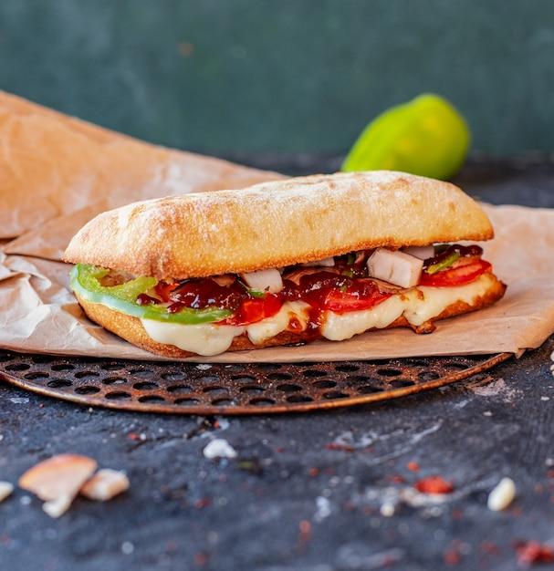 混合食品と溶けたチーズを添えたトルコのイスケンドナー 無料写真
