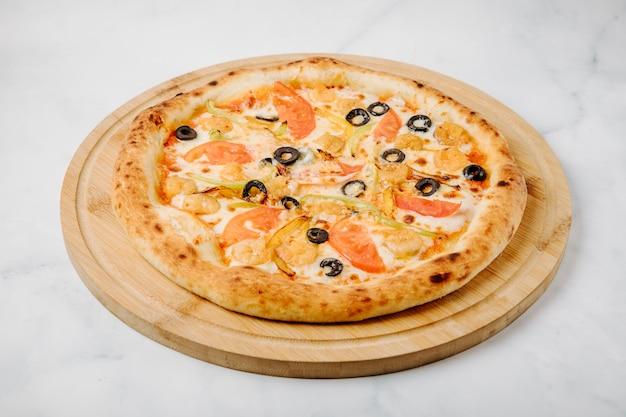 オリーブロール、野菜、チキンランチのミックスフードピザ。 無料写真