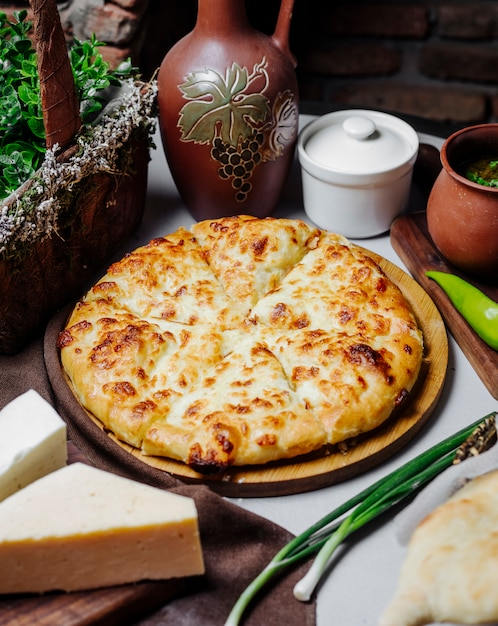 溶けたパルメザンチーズと古典的なマルガリータのピザ。 無料写真