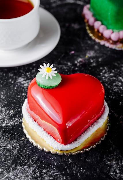 ストロベリーガナッシュと花とハート形のケーキ。 無料写真