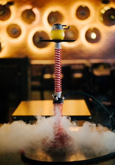 レストランでの蒸気でアラビア語の喫煙シーシャ。 無料写真