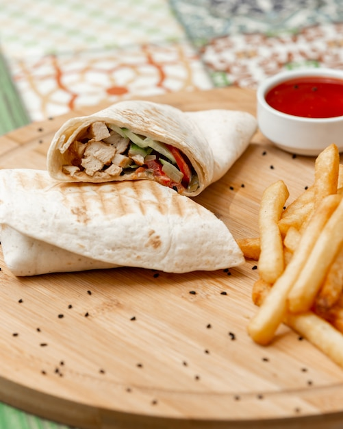 フライドポテトとトマトソースのラバッシュのアラビアシャールマ。 無料写真