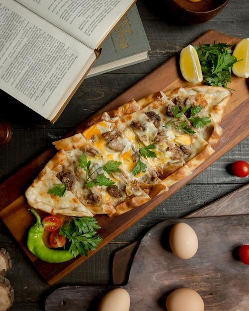 ミックスフードとハーブのトルコのピザ。 無料写真