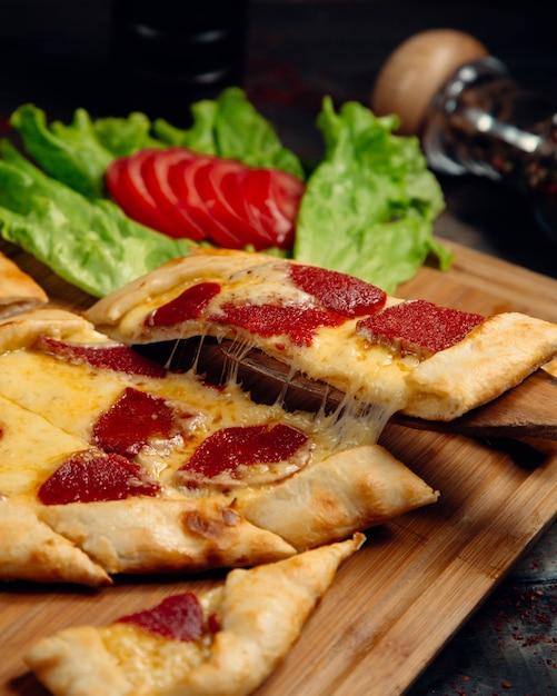 Турецкая пицца с пепперони и плавленым сыром. Бесплатные Фотографии