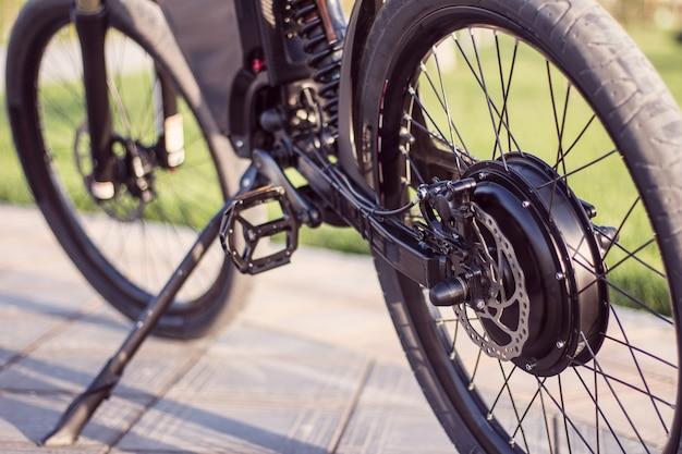電動バイクのモーターホイールがペダルとリアのショックアブソーバーでクローズアップ 無料写真