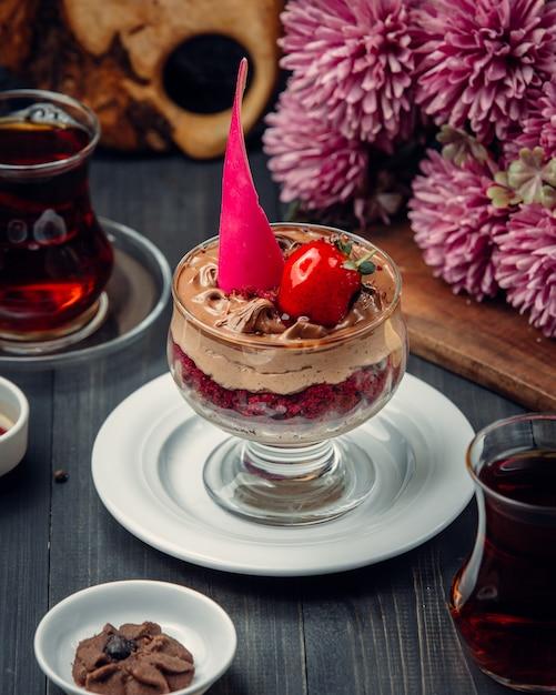 Шоколадный мусс с клубникой внутри стекла. Бесплатные Фотографии